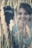 采取图片自然与三脚架的一台专业照相机一个美丽的少妇的葡萄酒画象 免版税库存图片