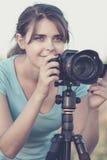 采取图片自然与三脚架的一台专业照相机一个美丽的少妇的葡萄酒画象 库存照片