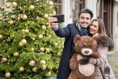 采取圣诞节的美好的夫妇一selfie 库存图片