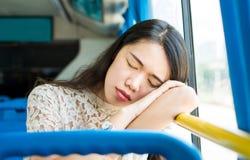 采取在一辆公开公共汽车的女孩休息 免版税图库摄影