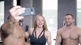 采取在健身房的小组年轻体育人民selfies 股票视频
