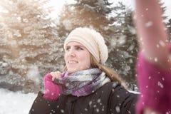 采取在冬天背景的妇女selfie 免版税库存照片