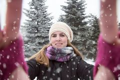 采取在冬天背景的少妇selfie 美丽的概念礼服女孩纵向佩带的空白冬天 免版税库存照片