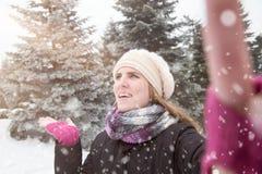 采取在冬天背景的年轻美女selfie 免版税库存照片
