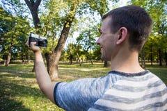 采取在减速火箭的照相机的年轻人selfie 库存照片