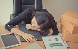 采取在办公桌上的疲乏的办公室工作者休息 库存图片