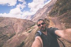 采取在印加人的神圣的谷的旅客selfie,秘鲁 免版税库存图片