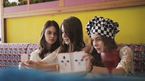 采取在咖啡馆的三个相当快乐的女孩selfies 4K 股票视频