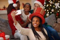 采取在圣诞节的小美国黑人的女孩selfie 免版税库存图片