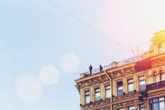 采取在大厦屋顶的年轻行家剪影selfie  图库摄影