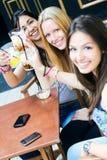 采取在大阳台的朋友一份饮料 免版税库存照片