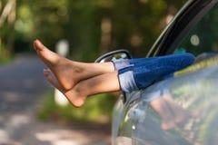 采取在她的敞篷车的年轻黑人妇女司机休息车 免版税库存照片