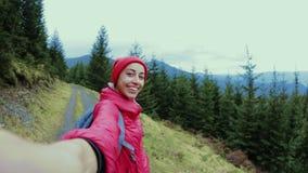 采取在山的妇女徒步旅行者selfie 跟我学,远足,激活和旅行生活方式概念 股票录像