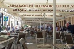 采取在布拉索夫街道上的咖啡,罗马尼亚 免版税图库摄影