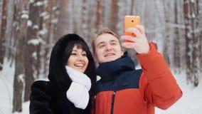 采取在慢动作的愉快的夫妇selfie 股票录像
