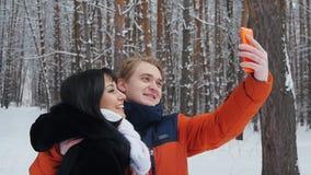 采取在慢动作的愉快的夫妇selfie 影视素材