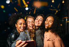 采取在手机的小组愉快的妇女selfie 库存照片
