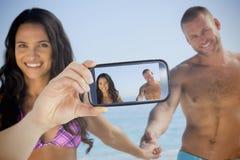 采取在智能手机的夫妇selfie 库存照片
