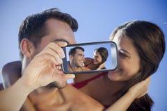 采取在智能手机的夫妇selfie 图库摄影