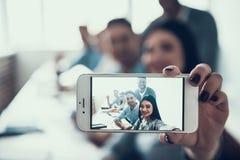 采取在智能手机的学生Selfie在教室 免版税库存图片