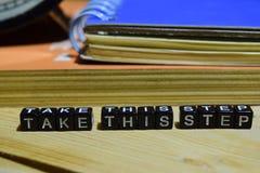 采取在木块写的这个步骤 教育和企业概念 免版税库存图片