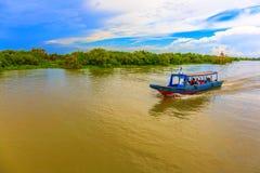 采取在河的人们一次小船游览在蓝天下 库存图片