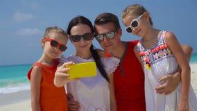 采取在海滩的年轻美丽的家庭selfie画象 股票视频