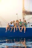 采取在游艇的人们selfies 库存图片