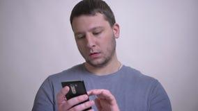 采取在电话的成人可爱的白种人人特写镜头画象selfies有在白色隔绝的背景 股票录像