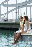 采取在码头的夫妇sunbath 库存照片