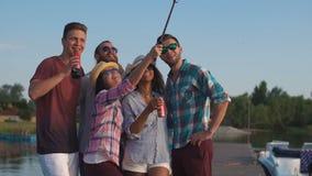 采取在码头的美满的人民selfie 股票录像