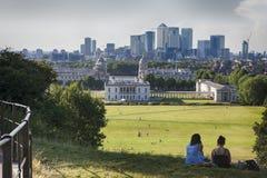 从采取在视域的格林威治观测所的宏伟的视图例如港区和皇家海军学院在伦敦 免版税库存照片