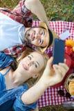 采取在野餐的夫妇selfie 图库摄影