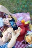 采取在野餐的夫妇selfie 免版税库存照片