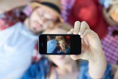 采取在野餐的夫妇selfie 库存图片