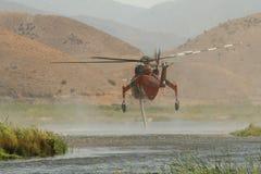 采取在水中的直升机 免版税库存照片