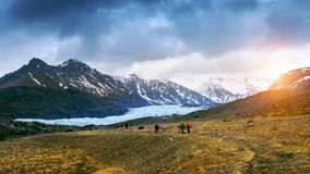 采取在Skaftafell冰川, Vatnajokull国家公园的游人在冰岛 图库摄影