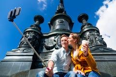 采取在Theaterplatz的夫妇selfie在德累斯顿 图库摄影