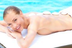 采取处理妇女的轻松的温泉 免版税图库摄影