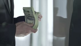采取大数额美金的办公室主任在事务以后退出,公司销售 股票录像