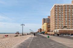采取太阳的人们在布赖顿海滩在布鲁克林NY 免版税库存照片