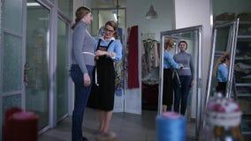 采取女性客户的测量的裁缝 股票视频