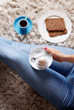 采取她的早餐的食物selfie妇女 免版税库存照片