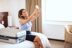 采取她的第一次商务旅行selfie  库存图片