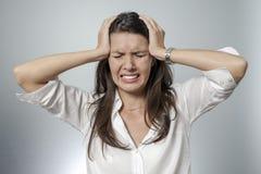 采取她的头的沮丧的妇女在她的手之间 免版税库存照片