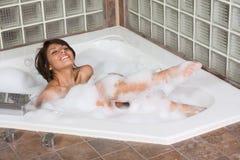 采取妇女年轻人的有吸引力的浴泡影&# 免版税库存照片