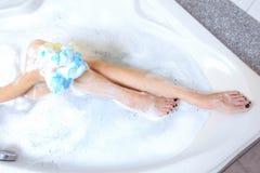 采取妇女年轻人的美丽的阵雨 热水澡木盆和休息为 库存图片