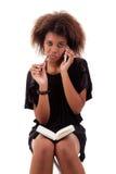 采取妇女的美丽的黑色附注电话 图库摄影