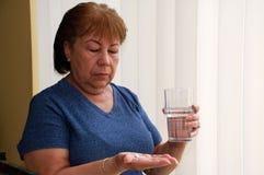 采取妇女的药片 库存照片