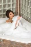 采取妇女年轻人的有吸引力的浴泡影峡谷 免版税库存照片